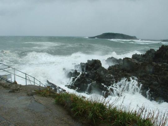 東尋坊は、福井県坂井市三国町安島に位置する崖。