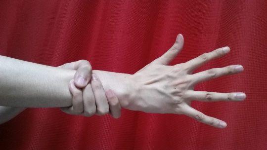 自分の手で手首を握ってみてください。一周できますか?